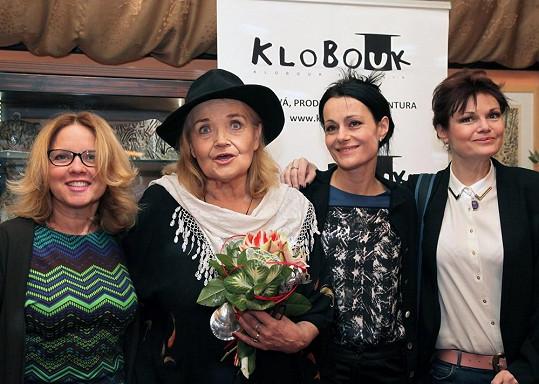 Za kmotry vína šly Julie Herz, Vendulka Křížová a Simona Postlerová.