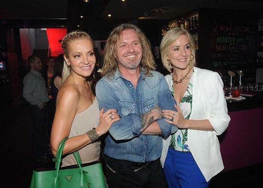 Rolins se zdraví s kolegou Pepou Vojtkem a jeho manželkou Jovankou.