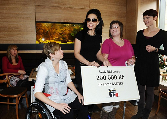 Už před Černobílým turné vybrala Lucie dva konkrétní případy mladých handicapovaných dívek Zuzany a Martiny, které potřebovaly finance na pomůcky. Obě dívky se slavnostního předání rovněž zúčastnily