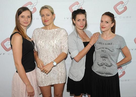 Monika podpořila Národní den neplodnosti s kolegyní z Fantoma opery Terezou Mátlovou a herečkami Andreou Kerestešovou a Lenkou Zahradnickou.