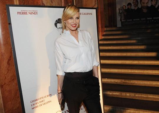 Simona se na premiéru filmu YSL oblékla do návrhářových oblíbených barev.