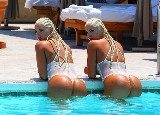 Při pohledu na těla půvabných dvojčat se tají dech.