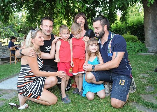 Noid s bratrem a jeho rodinou