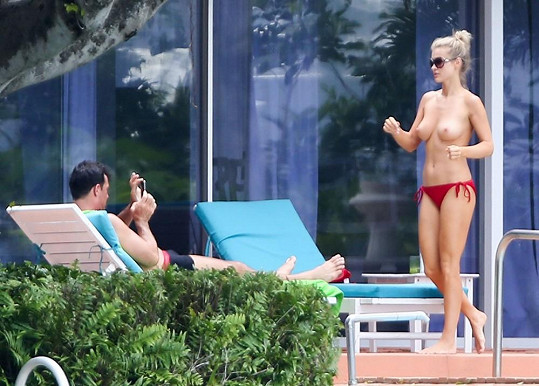 Romain Zago si svou snoubenku bez plavek pyšně fotil na mobil.