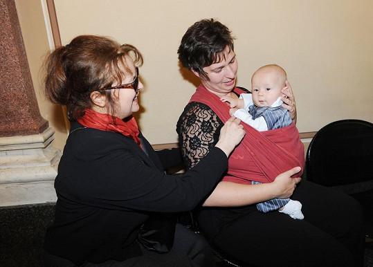 Pomazlila se s miminkem jedné z kolegyň.