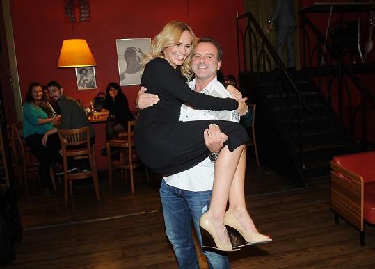 ...nosil ji v náručí...