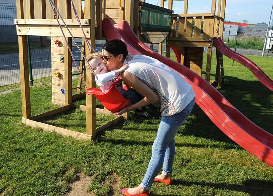 Markus si s maminkou užíval na dětském hřišti v Hostivici.