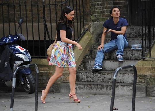 Kelly po ulici chvíli chodila jen s jednou botou.