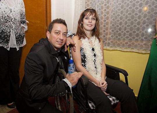 Petr Bende s postiženou dívkou, jíž byl věnován výtěžek plesu.