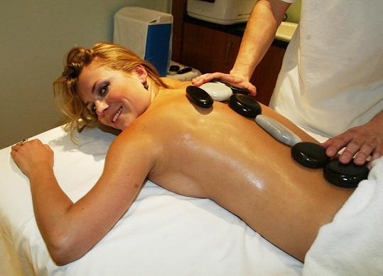Sličná moderátorka na masáži