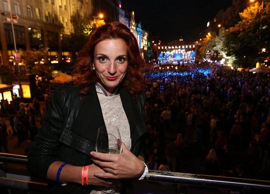 Míša Maurerová byla během megakoncertu na Václavském náměstí spokojená v bezpečí VIP stanu.