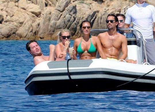 Oba manželské páry si nyní užívají na Sardinii.