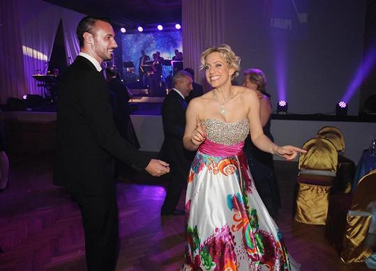 Tereza si ale musela najít tanečníka, její partner jí to dovolil.