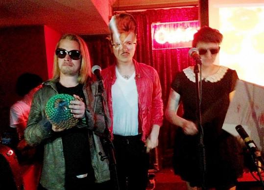 Macaulay Culkin se svou kapelou The Pizza Underground zatím díru do světa neudělali.