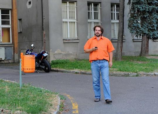 Macuravv oranžové košili bloudil areálem.