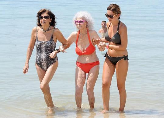 Vévodkyně za Alby si i v pokročilém věku užívá na pláži.
