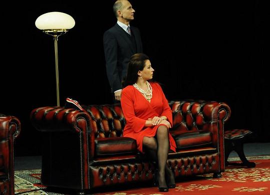 V divadle se předvede jako femme fatale.