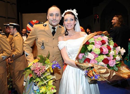 Zuzana s Marianem Vojtkem. Nádhernou kytici růží dostala od Petera Kovarčíka.