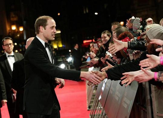 William si z červeného koberce potřásl rukou s několika šťastlivci z davu.
