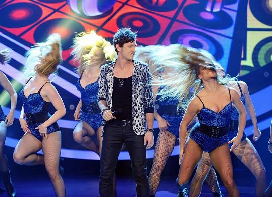 Martin Šafařík vystoupil společně se spoře oděnými tanečnicemi.