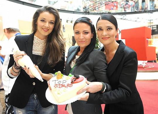 Iva Kubelková, Gábina Partyšová a Mahulena Bočanová společně ozdobily dort.