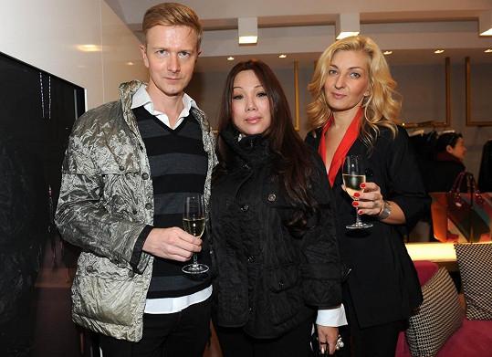 Vlastník modelingové agentury Czechoslovak Models Václav Dejčmar, návrhářova manželka Rebecca Choo a Janina Šlemínová, ředitelka Mercedes-Benz Prague Fashion Weekend (vpravo).