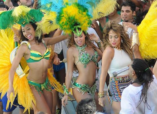 V klipu nesmí chybět také nádech brazilského festivalového Ria...