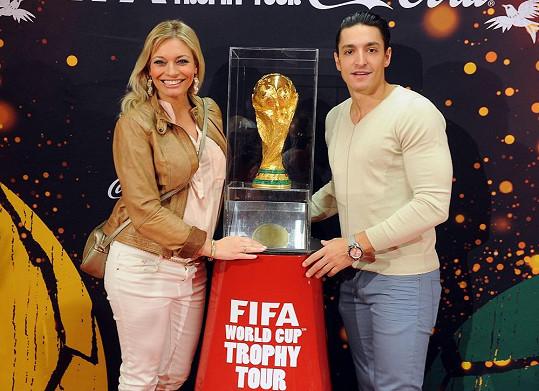 Sporťák Hrdlička vylákal svou partnerku, aby se přišla podívat na vystavenou trofej Mistrovství světa ve fotbale.