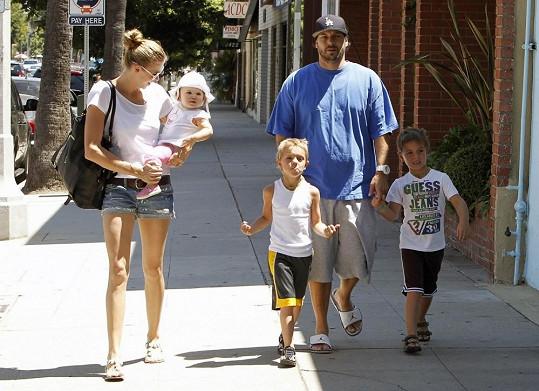 Kevin Federline se syny Seanem a Jaydenem, jejichž matkou je Britney Spears, v doprovodu současné manželky Victorie Price a dcerky Jordan.