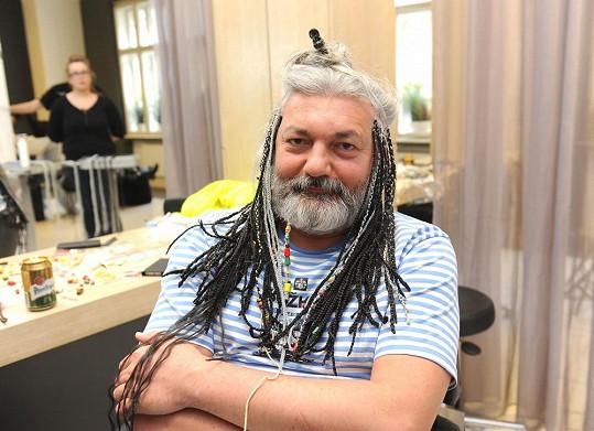 Dana známe s dlouhými vlasy, jednu dobu vyzkoušel i copánky.