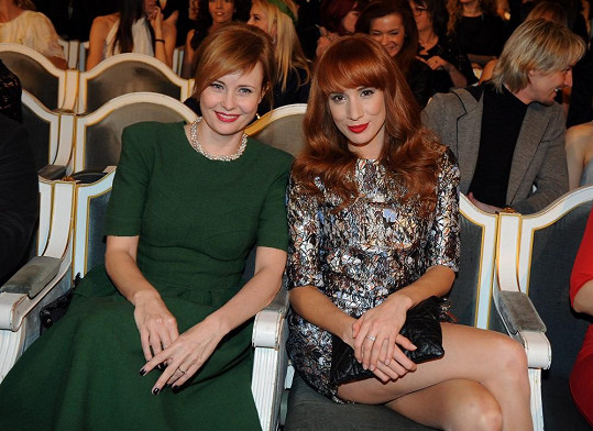 V hledišti Jitka sice seděla s partnerem po pravém boku. Raději se ale fotila s kolegyní Táňou Pauhofovou.