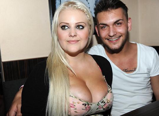 Charlotte Štiková s přítelem v Coco baru