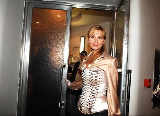 Tento šněrovací korzet by si Ivana třeba na moderování VIP zpráv nejspíš neoblékla.