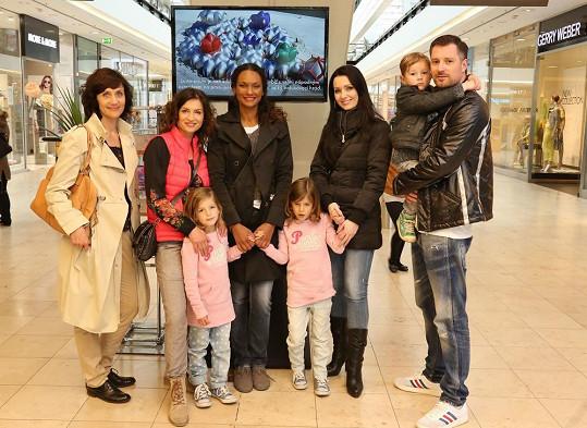 A celá skupinka i s Hankou Kynychovou a jejími dětmi, nechybí ani Petrova žena Gábina.