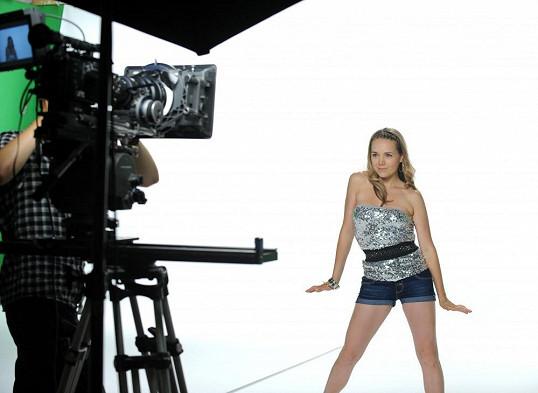 Zpěvačka při natáčení