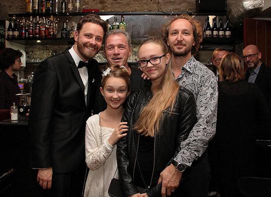 Milan Hein pózuje s dramaturgem divadla Pavlem Ondruchem a se svým partnerem a jeho dcerami. Ta nejstarší snímek zveřejnila na Facebooku s poznámkou, že je hrdá na svoji rodinu.