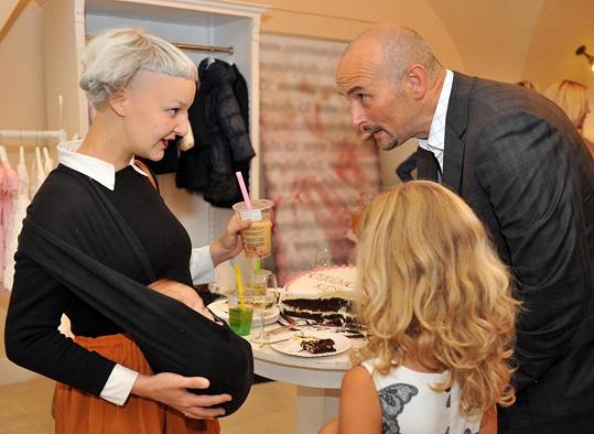 Léna Brauner na odpolední párty s bratrem tenisty Martina Damma Alešem