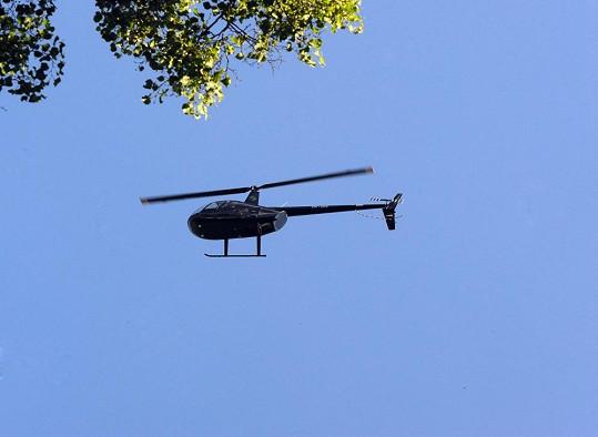 Na zámkem kroužil vrtulník.