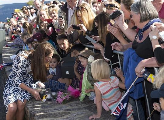 Sympatická vévodkyně si opět našla chvilku, aby si popovídala s místními dětmi.