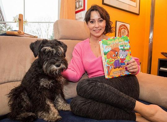 Jejím nejvěrnějším společníkem je nyní pes Eda. Svou paničku doprovází všude.
