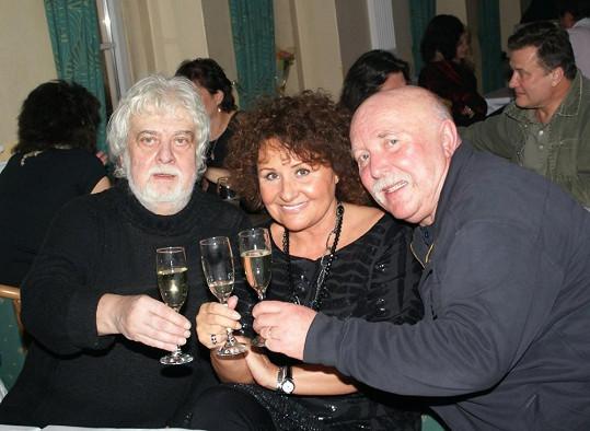 Jakub Jakoubek a Miloš Skalka oslavují se zpěvačkou Jitkou Zelenkovou.