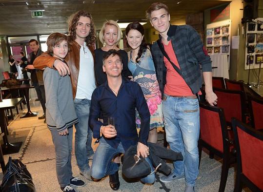 Lumír Olšovský se svými herci z muzikálu Sněhová královna
