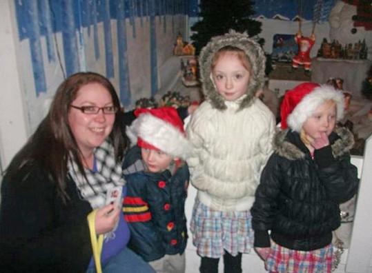 Emma se svými dětmi. Nejstarší Stephanii (stojící uprostřed) ve škole kvůli obezitě její matky šikanovali.
