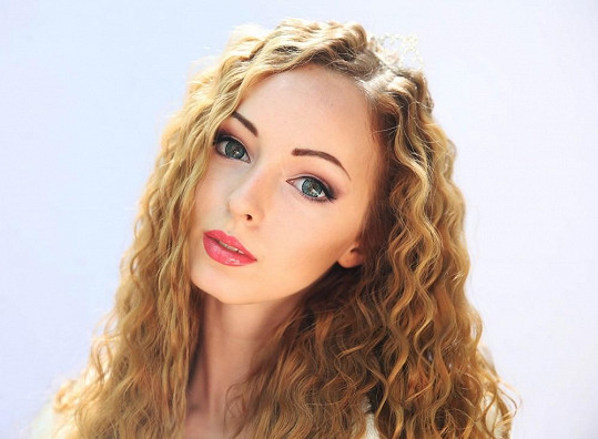 Mladá Ukrajinka ze sebe dokáže pomocí líčení vytvořit dokonalou panenku.