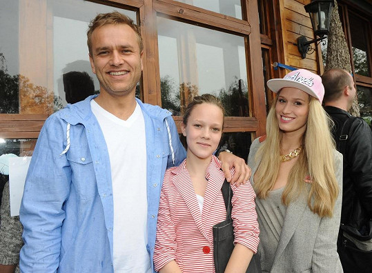 Míša Štoudková s neteří a přítelem Karlem na dětské párty.