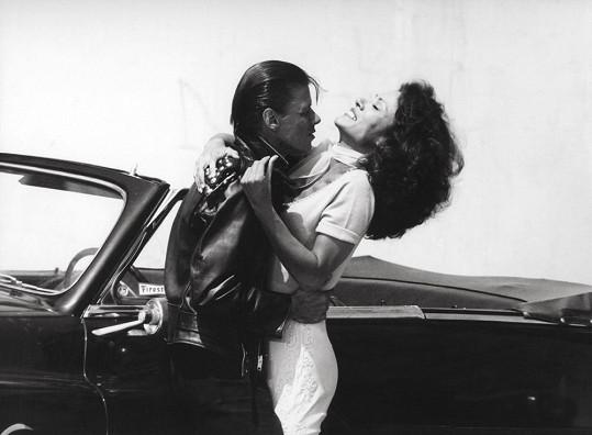 Tato filmová dvojice je již po smrti. Dennis Stewart podlehl AIDS, Annette Charles rakovině.