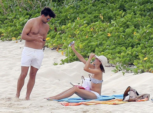 Dvojice si užívala krásný den na jedné z přenádherných písečných pláží.