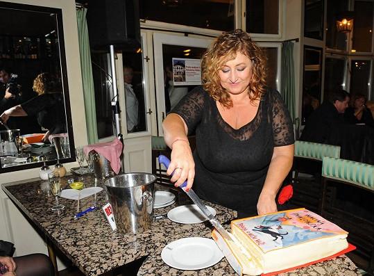Krájení dortu ve tvaru knihy