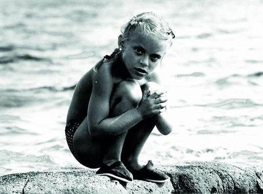 Lucie Borhyová jako šestiletá holčička na dovolené u moře