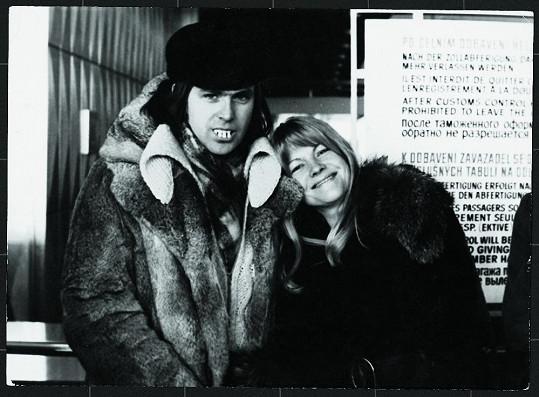 Karel Vágner ještě bez svého pověstného kníru s Evou Pilarovou před jedním ze zájezdů počátkem sedmdesátých let.